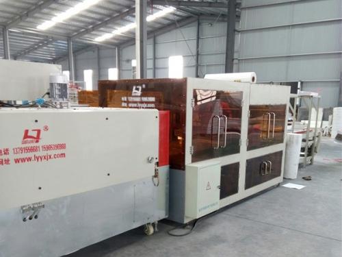 Automatic heat shrinkable machine